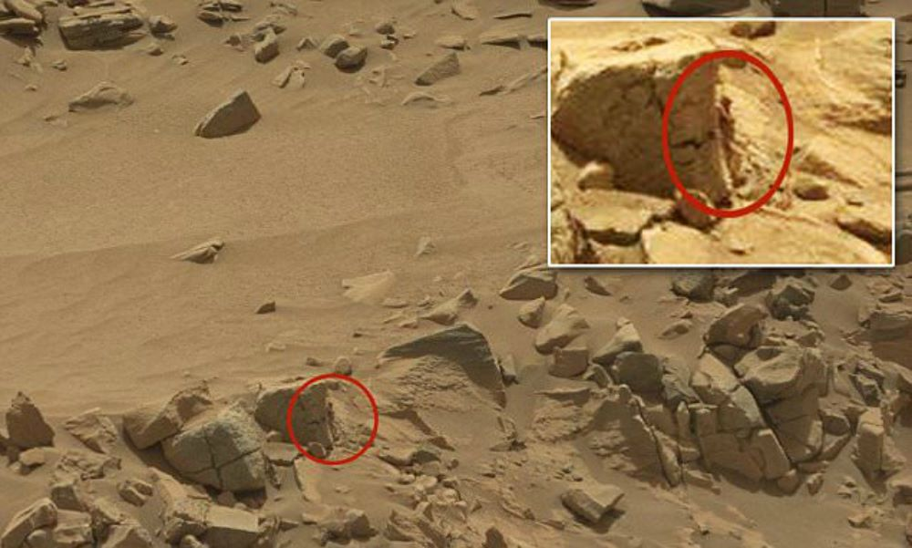 nasa rover spots claw of living alien on mars - 1000×601