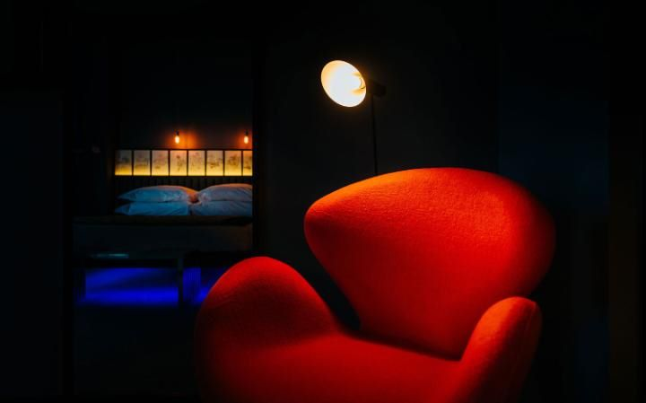 cr7-funchal-madeira-room-red-chair-large