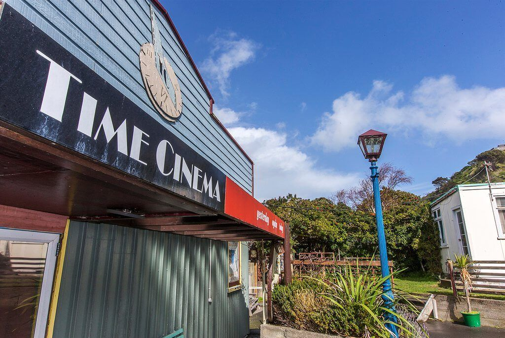 time-cinema-hidden-in-the-back-new-zealand-house2
