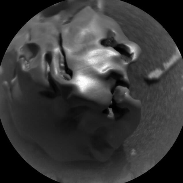 a-weird-metallic-meteorite-on-mars2